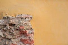 Заштукатуренная желтая стена классицистический фасад Стоковое Фото