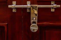Защелка двери на деревянных поверхности и замке стоковые фотографии rf