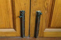Защелка деревянной двери стоковая фотография rf