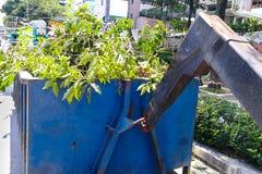Защелка контейнера отброса конца-вверх с тележкой полной refus сада Стоковые Фотографии RF