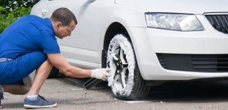 защита и чистка автомобиля катят специальными серединами от цилиндра под давлением Стоковые Фото