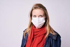 Защита от заболевания испуганным детеныши девушки стороны удивленные портретом эпидемия стоковые фото