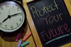 Защитите ваше будущее на рукописном фразы красочное на доске стоковое фото