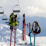 Защитные оборудования спорт на поляках лыжи на лыжном курорте Стоковое Фото
