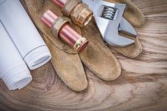 Защитные перчатки омедняют adju ниппелей шланга светокопий трубы водопровода стоковые фотографии rf