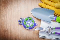 Защитные перчатки подрезая ножницы садовничают лопаткоулавливатель руки провода связи не Стоковое Фото