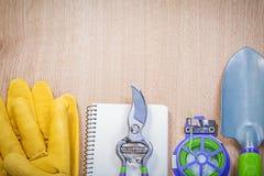 Защитные перчатки подрезая notep лопаткоулавливателя руки связи провода ножниц мягкое Стоковые Фото