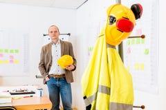 Защитный шлем удерживания архитектора на офисе стоковая фотография rf