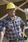 Защитный шлем счастливого мужского архитектора нося стоковые изображения rf