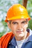 Защитный шлем уверенно рабочий-строителя нося Стоковое Фото