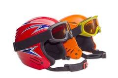 2 защитных шлемы лыжи и изумлённого взгляда лыжи Стоковые Фотографии RF