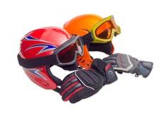 2 защитных шлем лыжи, изумлённые взгляды лыжи и перчатки лыжи Стоковые Фотографии RF