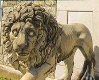 Защищать статую льва на замке Peles стоковая фотография