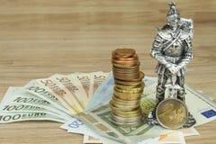 Защищая Европейский союз, защита единой валюты Опасность для валюты ЕВРО Рыцарь предотвращает монетки евро Стоковое Изображение