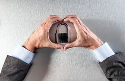 Защищая руки бизнесмена влюбленн в символ ядра безопасности данных Стоковая Фотография