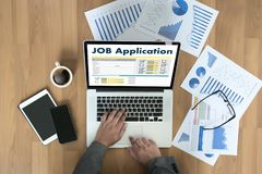 Заявитель заявления о приеме на работу заполняя вверх по онлайн профессии Appl Стоковые Изображения