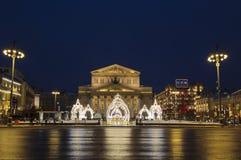 Заявите академичный театр Bolshoi в праздничном украшении в вечере, Москве, стоковое фото