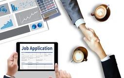 Заявитель заявления о приеме на работу заполняя вверх по онлайн профессии Appl Стоковое Изображение