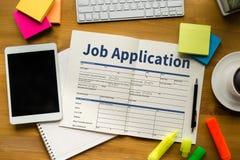 Заявитель заявления о приеме на работу заполняя вверх по онлайн профессии Appl Стоковая Фотография RF