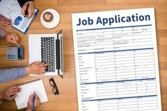 Заявитель заявления о приеме на работу заполняя вверх по онлайн профессии Appl Стоковое Фото