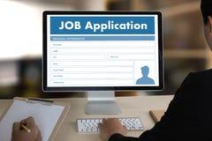 Заявитель заявления о приеме на работу заполняя вверх по онлайн профессии Appl Стоковые Фотографии RF