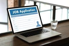 Заявитель заявления о приеме на работу заполняя вверх по онлайн профессии Appl Стоковое фото RF