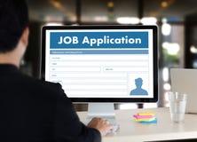 Заявитель заявления о приеме на работу заполняя вверх по онлайн профессии Appl Стоковое Изображение RF