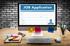 Заявитель заявления о приеме на работу заполняя вверх по онлайн профессии Appl Стоковая Фотография