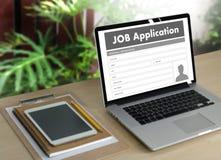 Заявитель заявления о приеме на работу заполняя вверх по онлайн профессии Appl Стоковые Фото