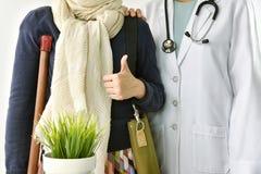 Заявка аварии медицинской страховки, пациент поддержки доктора стоковая фотография rf