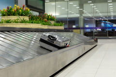 Заявка багажа на конвейерной ленте стоковое фото rf
