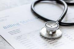 Заявление выписывания счетов здравоохранения с стетоскопом ` s доктора на каменной предпосылке стоковое изображение rf