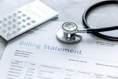 Заявление выписывания счетов для для медицинского обслуживания в предпосылке офиса ` s доктора стоковое фото