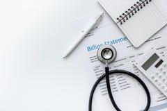 Заявление выписывания счетов для для медицинского обслуживания в насмешке взгляд сверху предпосылки офиса ` s доктора вверх стоковое изображение rf