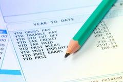 Заявление деталей зарплаты с карандашем стоковая фотография rf