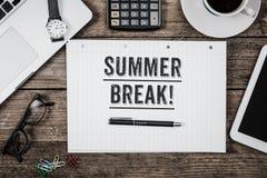 Заявление летних каникулов на блокноте на столе офиса сверху стоковые фото
