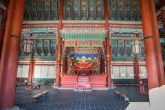 зала gyeongbokgung внутри трона стоковое фото
