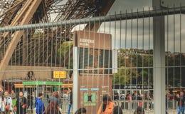 За барьерами предохранения от вторжения панель приветствует посетителей Стоковое Изображение