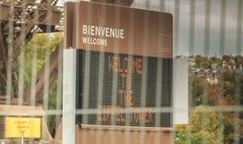 За барьерами предохранения от вторжения панель приветствует посетителей Стоковая Фотография