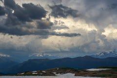 За былинный момент до шторма - тяжелые облака в фиолетовых тонах Стоковое Изображение RF