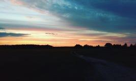 за валами 2 захода солнца лета сосенки стоящими стоковые изображения