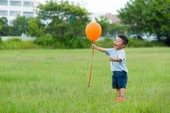 Задвижка маленького ребенка с воздушным шаром летания Стоковое Фото