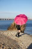 за девушкой прячет зонтик Стоковое Изображение RF