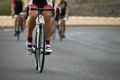 Задействуя конкуренция, спортсмены велосипедиста ехать гонка Стоковые Изображения RF