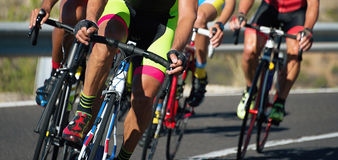 Задействуя конкуренция, спортсмены велосипедиста ехать гонка Стоковые Изображения