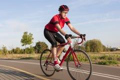 Задействуя концепции и идеи Мужской кавказский велосипедист дороги во время r Стоковые Фото