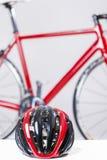 Задействуя концепция безопасности и защиты Шлем предохранения от велосипеда дороги Стоковое Изображение