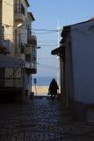 за запачканным смычком шлюпки скалы детализируют деревянное sitio Португалии nazare маяка традиционное стоковое фото rf