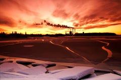 за заходом солнца фабрики стоковая фотография