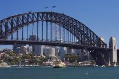 Залив лаванды и мост гавани Сиднея увиденный от оперного театра стоковое изображение rf